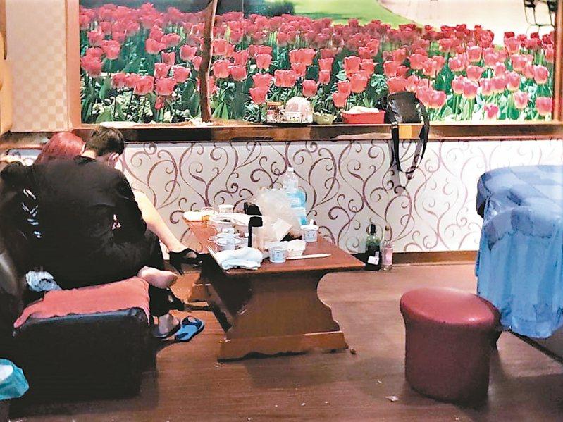 台中市政府前晚在一家按摩店查獲有女陪侍情形,店內房間除了有按摩床,還有桌子可飲食、喝酒。 記者黃寅/攝影