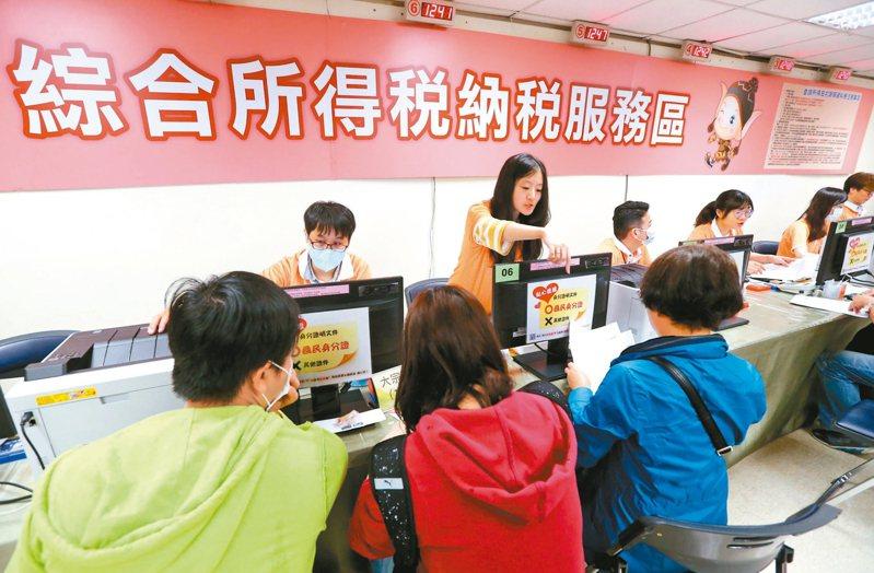 財政部長蘇建榮昨天宣布,今年五月所得稅申報期限,全面延長繳納至六月底。 圖/聯合報系資料照片