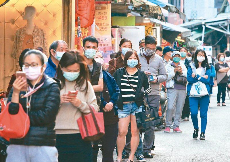 有網友好奇,大家在自家社區內活動時是否會戴口罩,引起許多討論。圖為在藥局前購買口罩的民眾。 示意圖,記者潘俊宏/攝影
