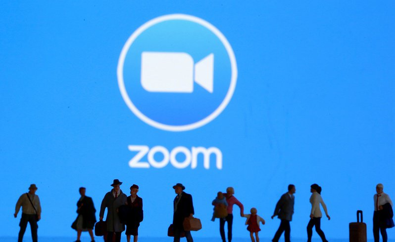教育部驟然下令各級學校禁用ZOOM視訊平台系統,讓各校措手不及。 路透