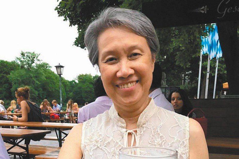 我政府宣布將捐贈一百萬個口罩給新南向政策的部分國家,其中包括新加坡。新加坡總理夫人何晶(圖)在臉書寫下「Errrr…(呃…)」的評論,掀起網友論戰。圖/擷取自何晶臉書