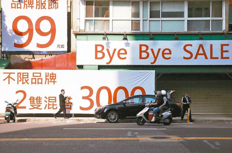 受新冠肺炎疫情影響,各大景點觀光客銳減,許多店家也結束營業避免虧損。 記者曾原信/攝影