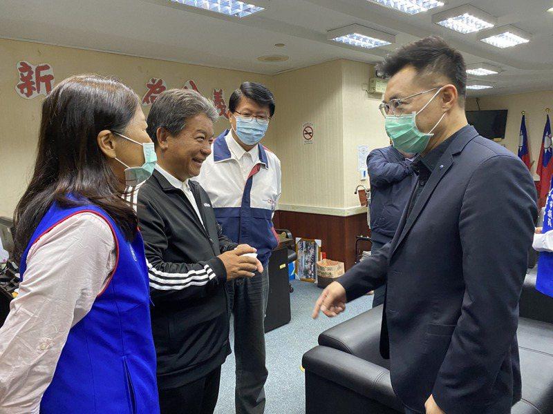 國民黨主席江啟臣(右)上午到台南市議會拜會國民黨團,無黨籍的議長郭信良到場致意。記者修瑞瑩/攝影