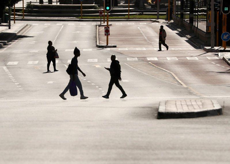 南非衛生部發布的每日統計顯示,確診病例新增1萬853起,3月以來確診病例累計達18萬7977起。圖/路透社