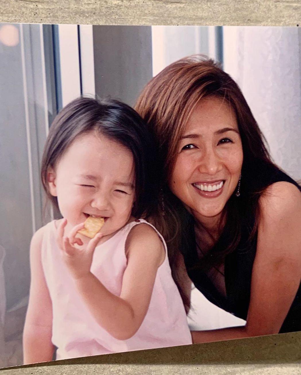 木村心美小時候與媽媽工藤靜香的合照。 圖/擷自木村心美IG