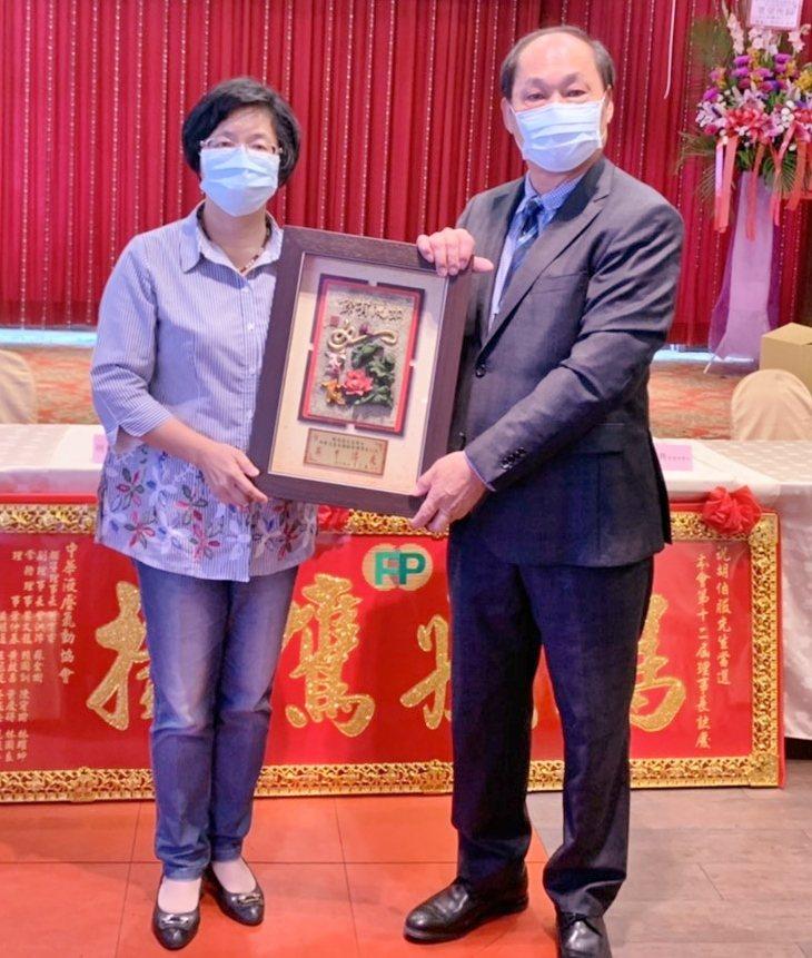彰化縣長王惠美(左)親臨向胡伯服(右)致賀。 戴辰/攝影