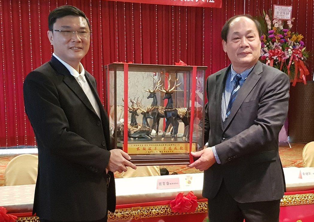 鹿港鎮長許志宏(左)親自蒞臨祝賀胡伯服(右)任理事長。 戴辰/攝影