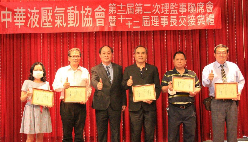 胡伯服與(左三)與協會理監事們合照。 戴辰/攝影