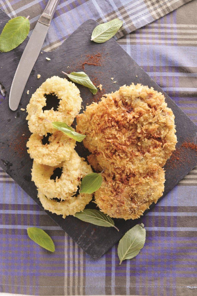 主廚食譜:啤酒麵糊炸豬排與洋蔥圈。 圖/日日幸福出版社