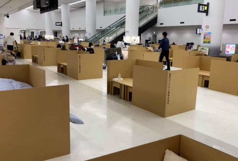 日本東京成田機場,擠滿了大批歸國日人,等待採檢的結果出爐。圖/Twitter