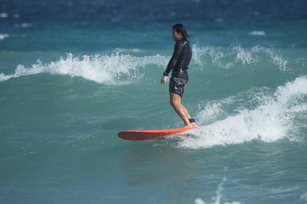 衝浪,站在浪上的感覺,就像擁有寬廣世界一樣。 圖/阿峰 提供