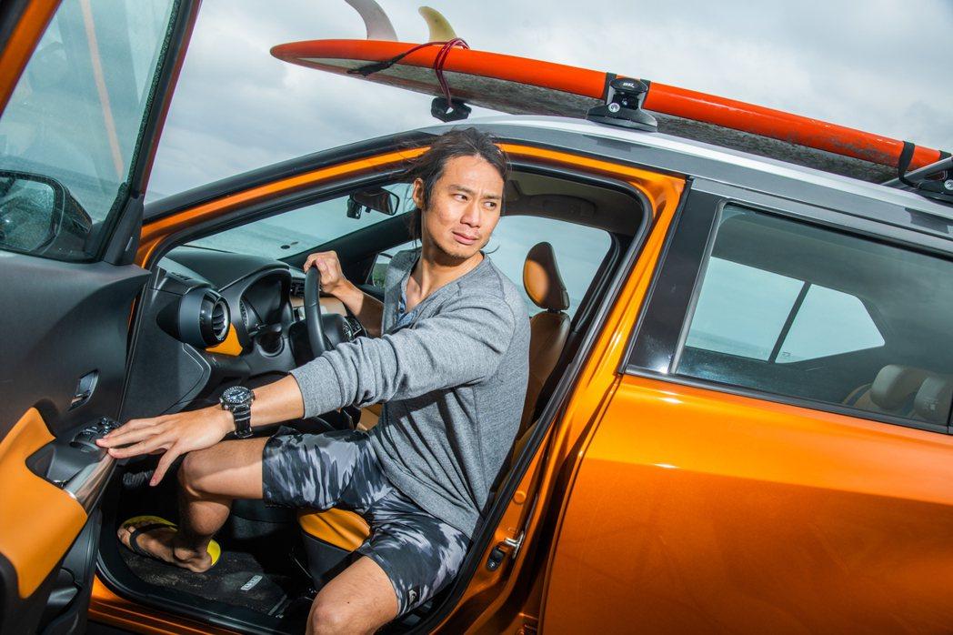 NISSAN Kicks 車色和內裝很時尚,而且非常陽光,和他最愛的衝浪運動最搭...