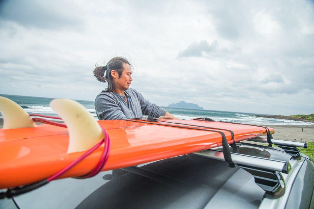 Kicks的車頂架可放衝浪板這樣較長的休閒配備。 攝影/王