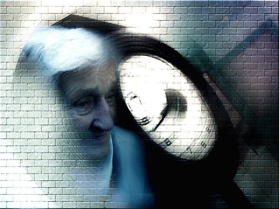 哈佛醫學院精神醫學與醫療人類學教授教授凱博文,寫下了他照顧失智妻子瓊安(漢學學者...