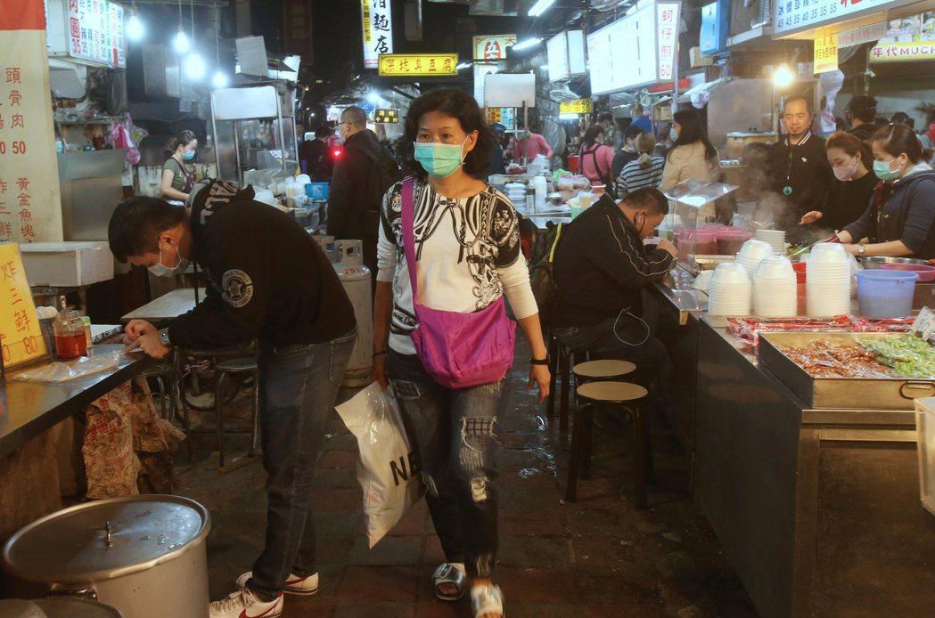 中央流行疫情指揮中心宣布,4月10日起針對夜市、寺廟、風景區實施人流管制。 圖/美聯社
