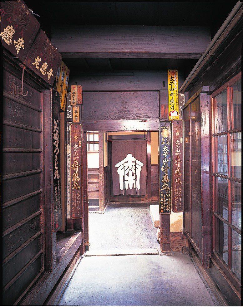從店廊望向中門,前面是玄關廊,玄關廊右邊是玄關間。圖/健行文化提供