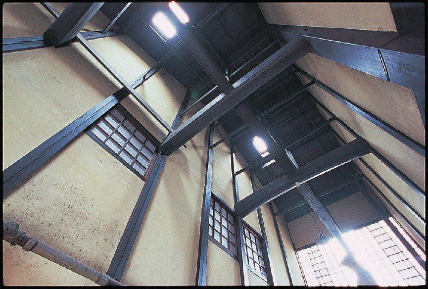 跑廊上方挑高的空間稱為「火袋」,抬頭可見優美的屋架。圖/健行文化提供