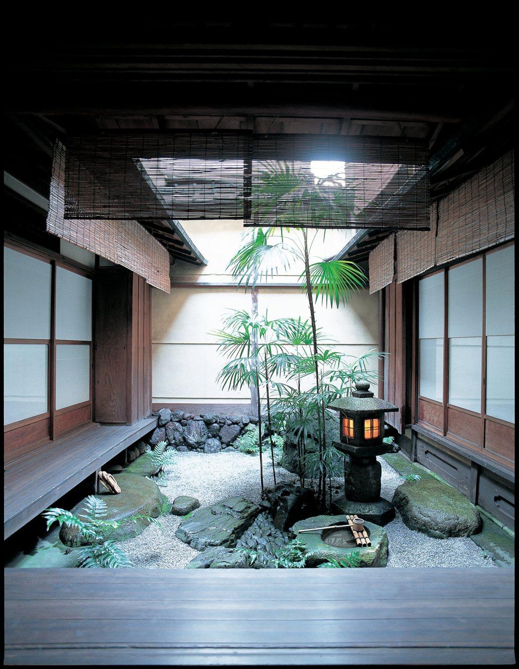 吉田家的坪庭。僅種植少量的棕櫚竹與蕨類植物,是僅以石燈籠、蹲踞(石製水缽)、飛石...