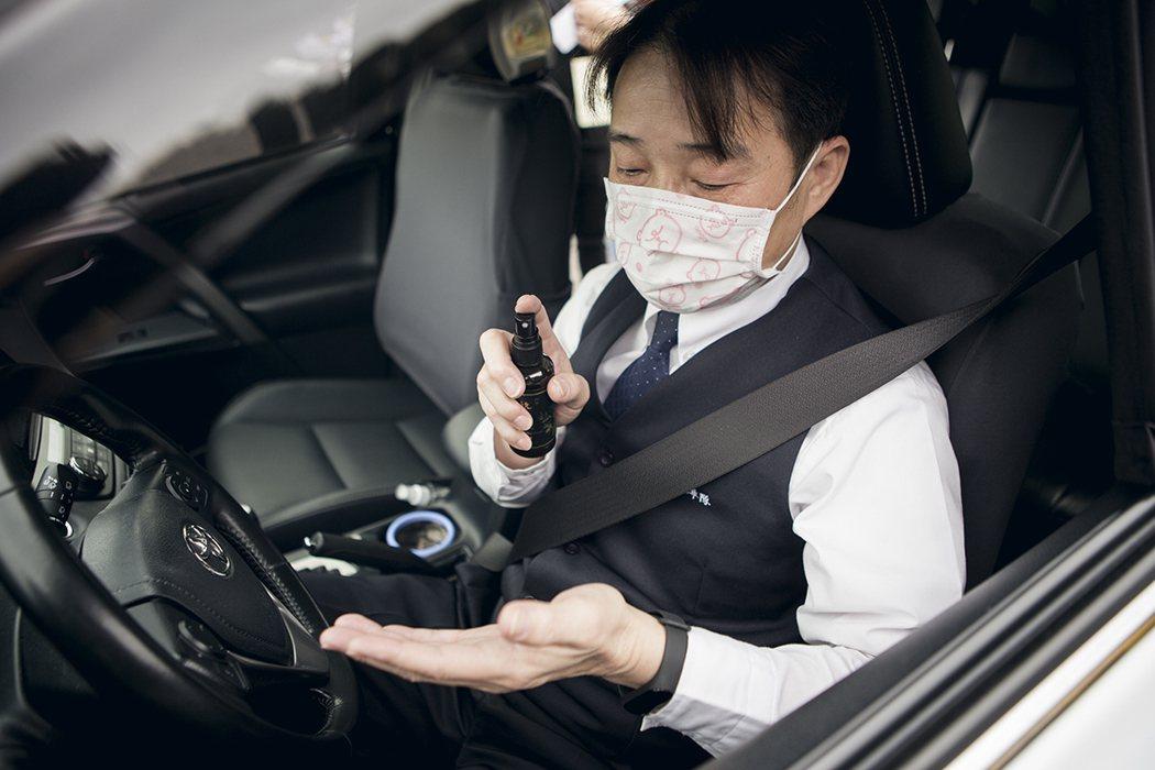 台灣大車隊計程車與阿原的草本洗手水搭配,幫助乘客與司機們車內隨時落實勤洗手的防疫...