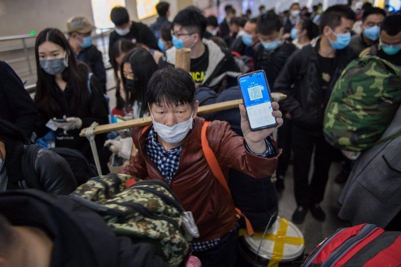 健康碼是在手機呈現用戶健康狀況的程式。圖為出站旅客出示健康碼,攝於4月10日,山西太原南火車站。 圖/中新社