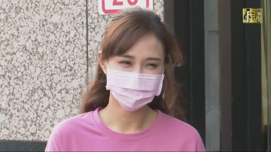 何妤玟露面談離婚,剛現身時也戴著粉紅色口罩。圖/擷自噓星聞