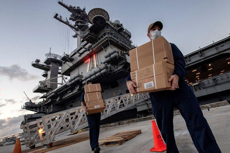 羅斯福號船員在關島港口搬運物資。 圖/路透社