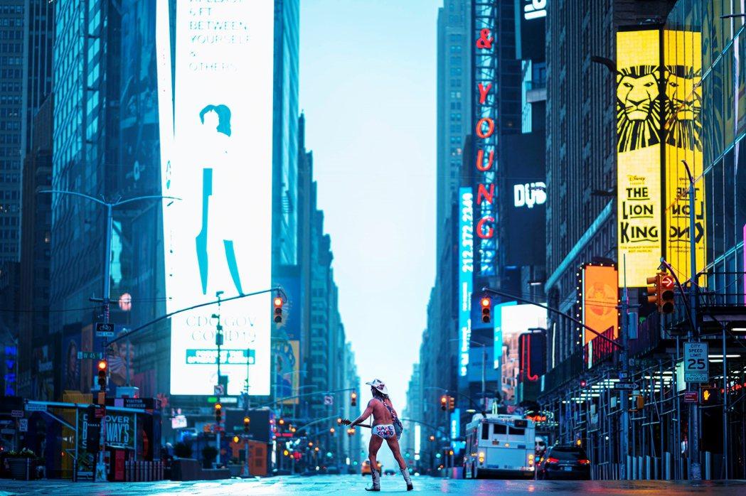 根據紐約眾八卦小報的說法,雖然瘟疫當前無人打賞,但赤裸牛仔的封城歡唱仍引起了廣告...