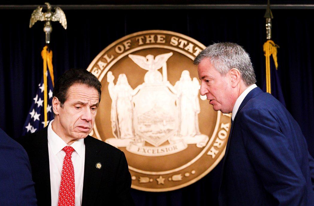 3月2日,紐約州長古莫(左)跟紐約市長白思豪(右)針對紐約市出現肺炎首例召開疫情...