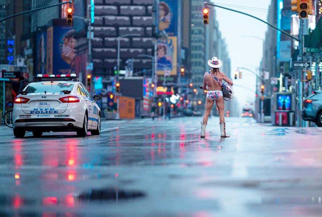 2020年4月13日,在封城中的紐約市,著名的街頭藝人「赤裸牛仔」(Naked ...