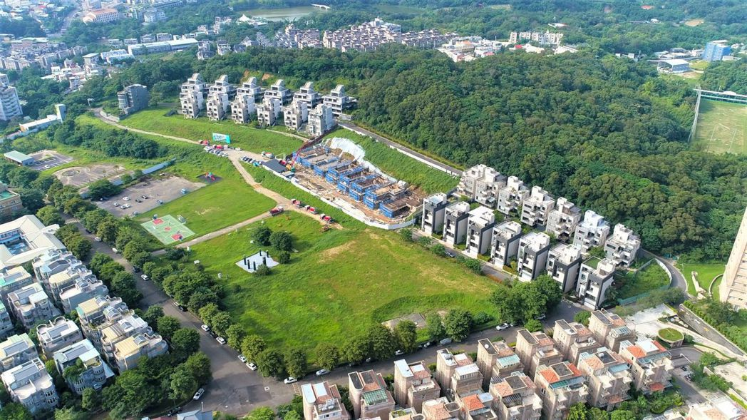 「寶台雙子星溫泉置地廣場」坐擁萬坪廣闊公園,空氣自然清新,人口密度低。