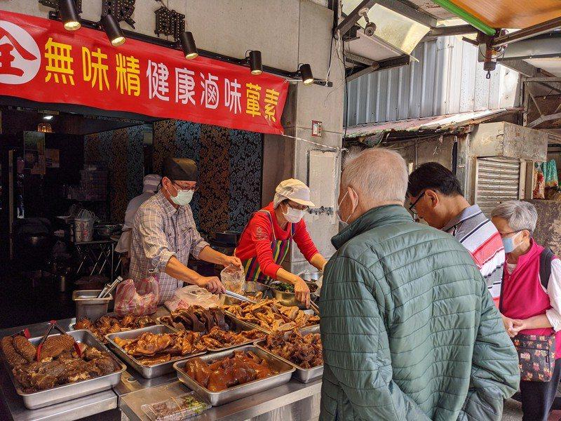立委黃國昌汐止服務處主任的陳裕仁,最近卸下公職轉換跑道,在新北市汐止區的金龍傳統市場,賣起了健康滷味。 圖/觀天下有線電視提供