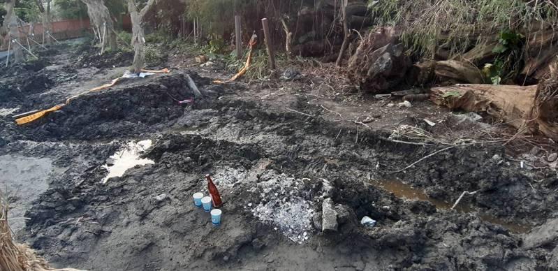 宜蘭羅東工地的無名女屍命案,檢警今天下午進行解剖,全身少掉右腿骨,研判死亡時間至少超過3個月以上;由於傳出靈異,辦案人員最近曾回到現場焚香祭拜。本報資料照