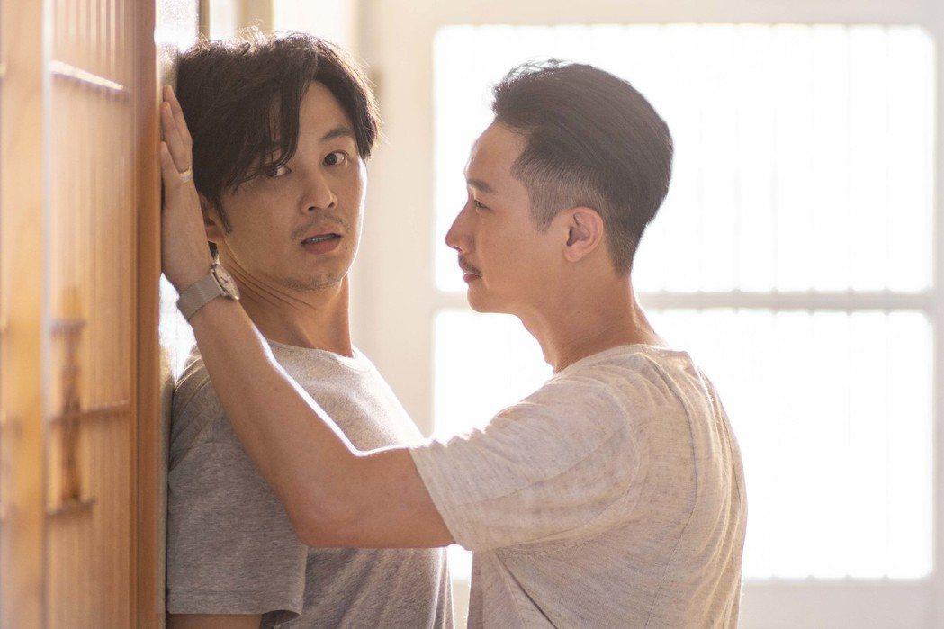 張書偉(左)遭Darren「壁咚兼襲胸」。圖/公視提供