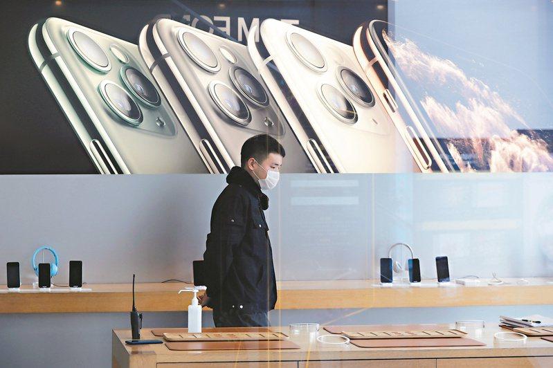 iPhone11號稱防水手機。(歐新社)