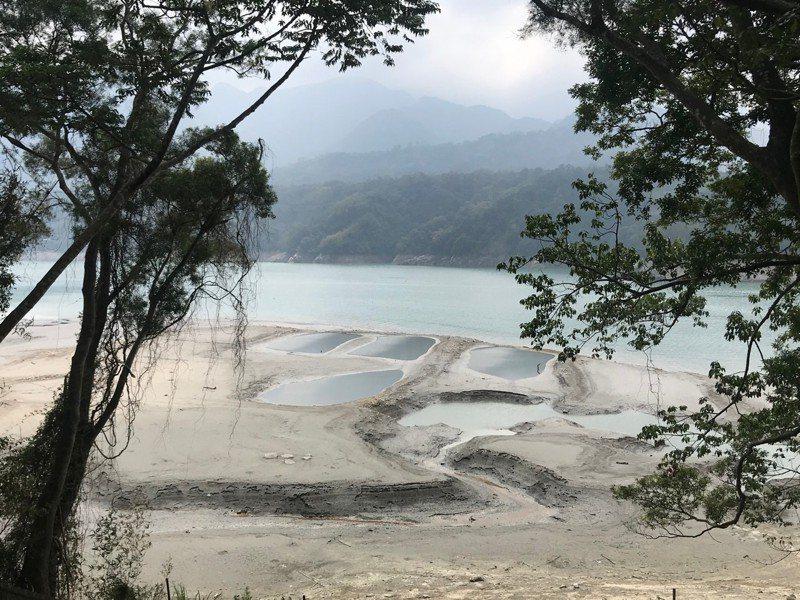 水位降到227公尺的時候,薑母島水岸已經泥地,船不好靠岸遊客上不去。是圖/桃園市渡船遊艇公會提供
