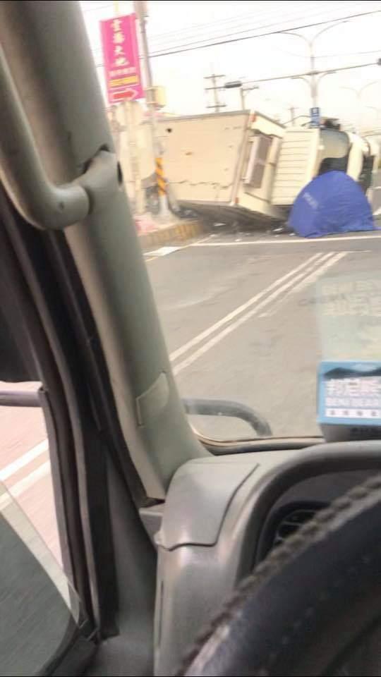 虎尾文科路和林森路口今晨一起車禍,一輛全家物流的貨車在路口和轎車相撞,司機被壓死。記者蔡維斌/翻攝