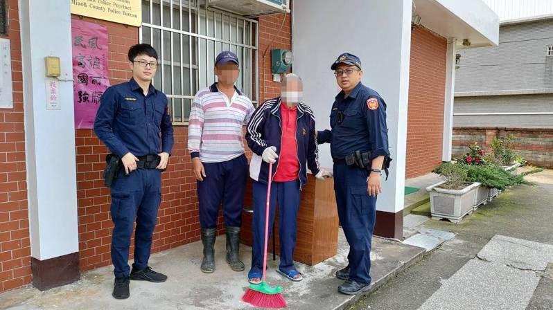 83歲劉姓老翁拿掃把站在快車道花圃處,聲稱下錯車站,警方設法尋獲他兒子將他安全送回家。圖/竹南警分局提供