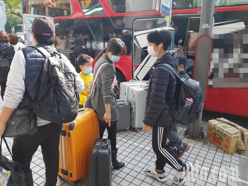 今早搭乘交通部接駁巴士,於捷運站下車的受檢疫民眾不少,大家歸心似箭,紛紛轉程捷運或計程車離開。記者翁浩然/攝影