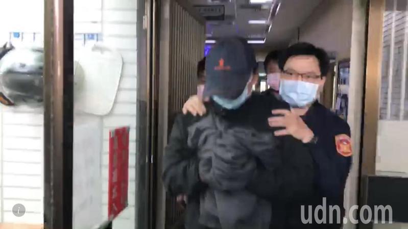 秦偉上午頭戴鴨舌帽、口罩到南投地檢署報到,被押解上警備車押解到台中監獄。記者江良誠/攝影