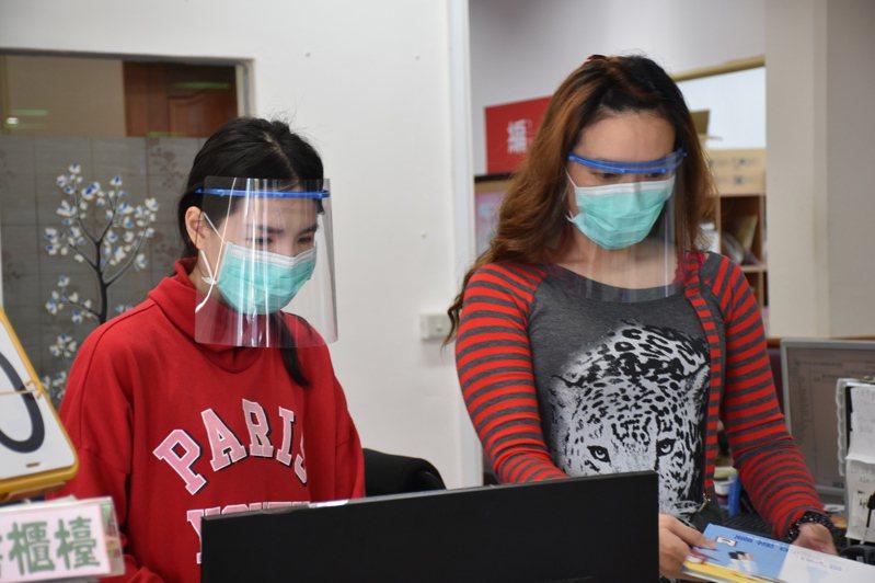塑膠防護罩將提供縣鄉鎮圖書館館員等人使用,防疫不漏接。記者王思慧/攝影