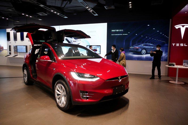電動車大廠特斯拉(Tesla)受惠於市場看好中國大陸市場銷量續增,以及空頭回補,近日拉出連六紅,創本波反彈新高。(圖/路透)