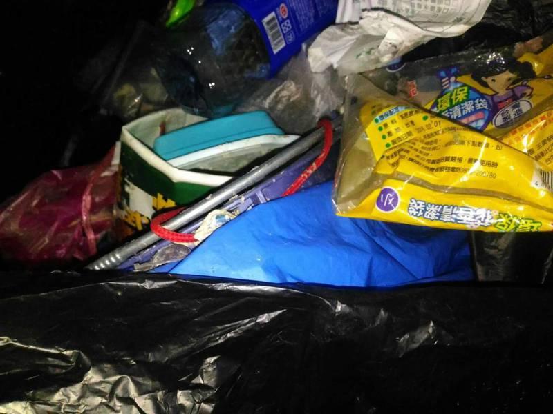 蓄水池撈起大量垃圾。記者黃宣翰/攝影