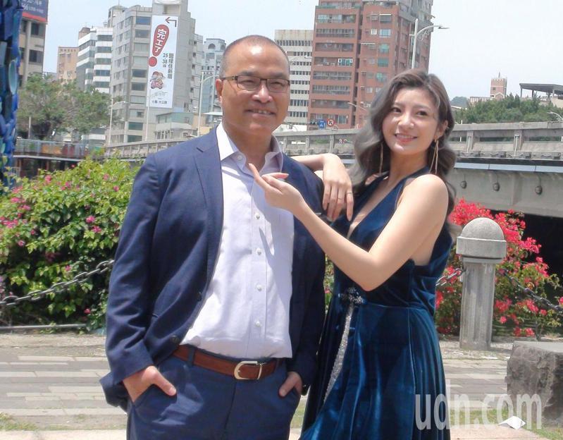 高雄市副市長葉匡時(左)為了行銷高雄觀光,今天和漂亮的女模特兒拍婚紗照為高雄宣傳。記者楊濡嘉/攝影