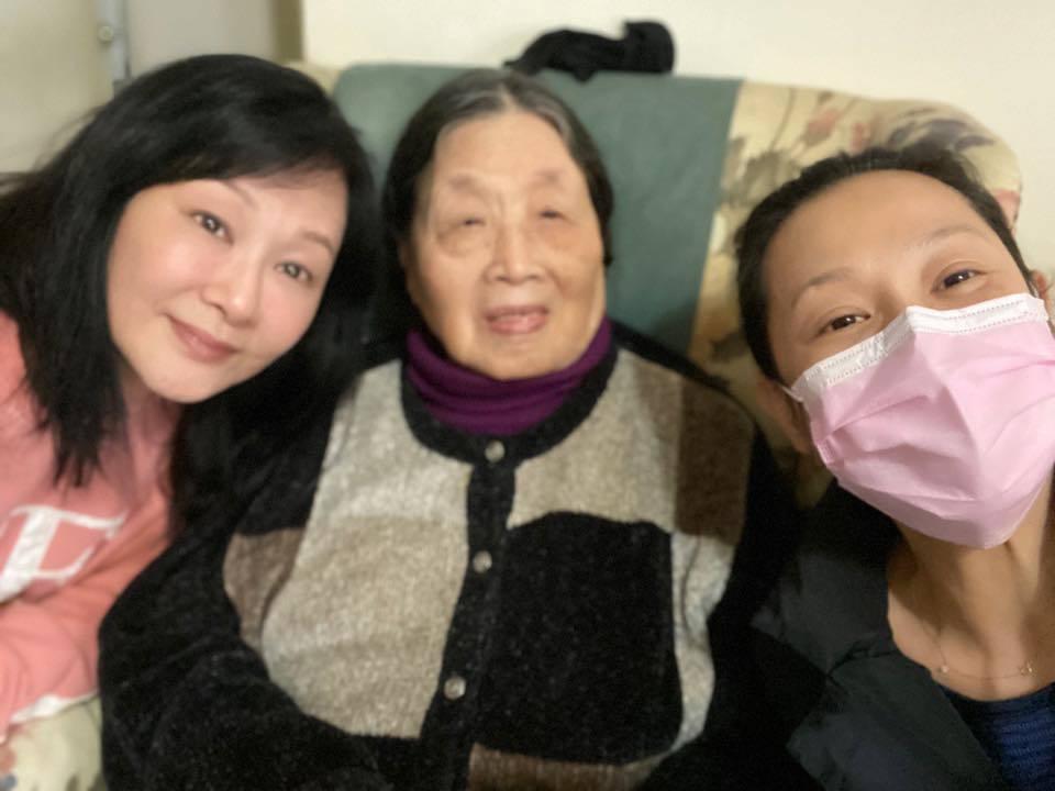 劉若英(右)日前探望祖母,與姊姊(左)開心自拍。圖/摘自臉書