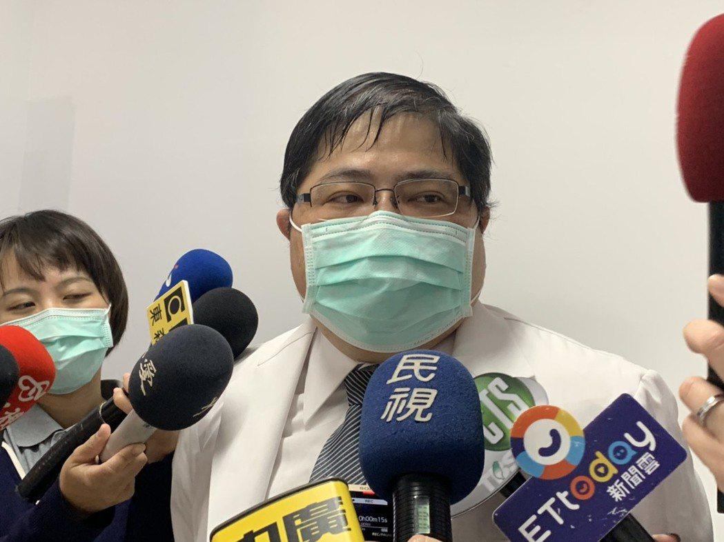 大仁科技大藥眼科副教授洪啟庭表示,一名居家檢疫的年輕女子夜間在床上正躺、仰面以手...