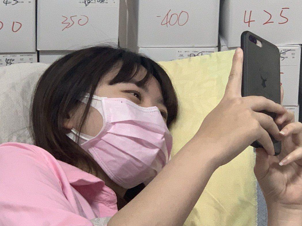 民眾夜間在床上滑手機,最好坐起來,保持至少40公分以上距離,不至於造成近視與老花...