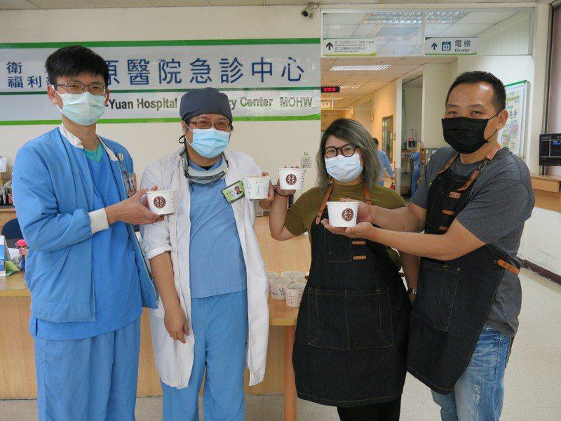 台中豐原甜品、飲料業者連日不約而同送上飲料與甜品,到豐原醫院給第一線的醫護人員,幫醫護人員加油打氣。圖/豐原醫院提供