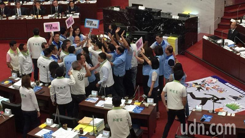 高雄市議會民進黨團去年9月26日為遞給市長韓國瑜辭職書,與國民黨議員互嗆起衝突。圖/本報資料照