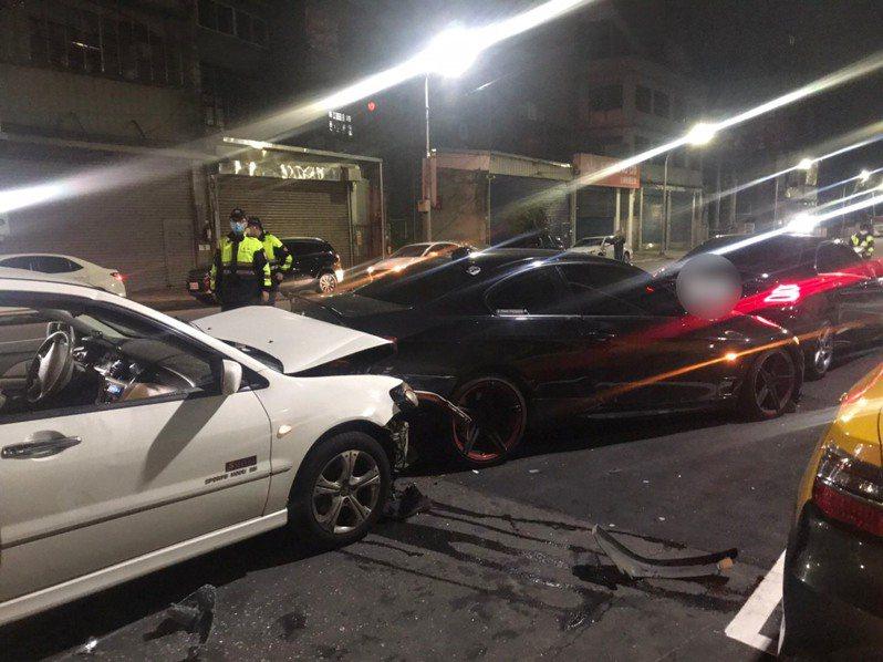3輛車在頂崁工業區撞成一團,雙方12人大打出手。記者林昭彰/翻攝