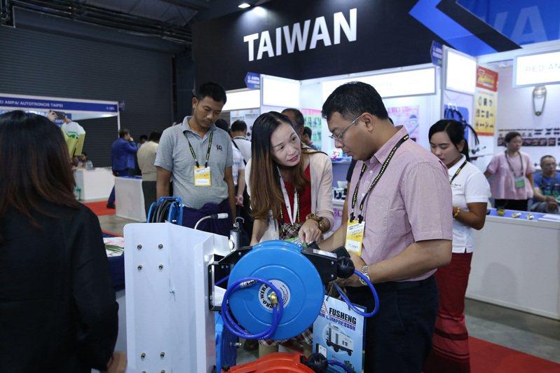 台灣製造的優質產品吸引緬甸買主目光。圖/外貿協會提供